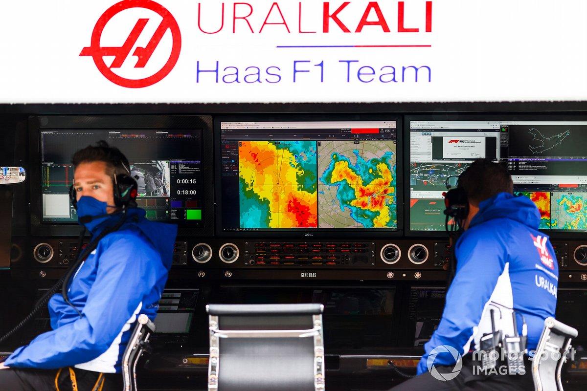 Pantalla del radar meteorológico en el muro de boxes de Haas F1