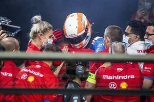 Le vainqueur Alex Lynn, Mahindra Racing, fête dans le parc fermé avec son équipe