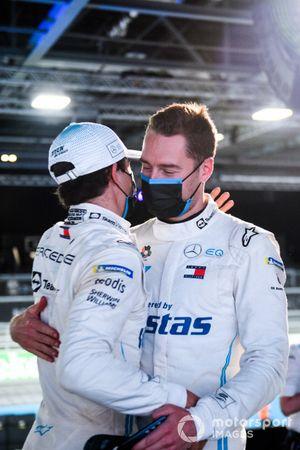 Nyck de Vries, Mercedes-Benz EQ , si congratula con Stoffel Vandoorne, Mercedes-Benz EQ per la conquista della pole
