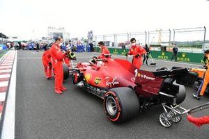 Charles Leclerc, Ferrari SF21, arriveert op de grid