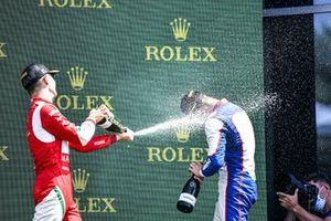 Arthur Leclerc, Prema Racing et Jack Doohan, Trident fêtent sur le podium avec le Champagne