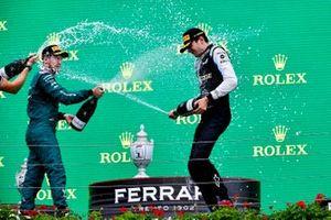 Podio: segundo lugar Sebastian Vettel, Aston Martin y el ganador Esteban Ocon, Alpine F1
