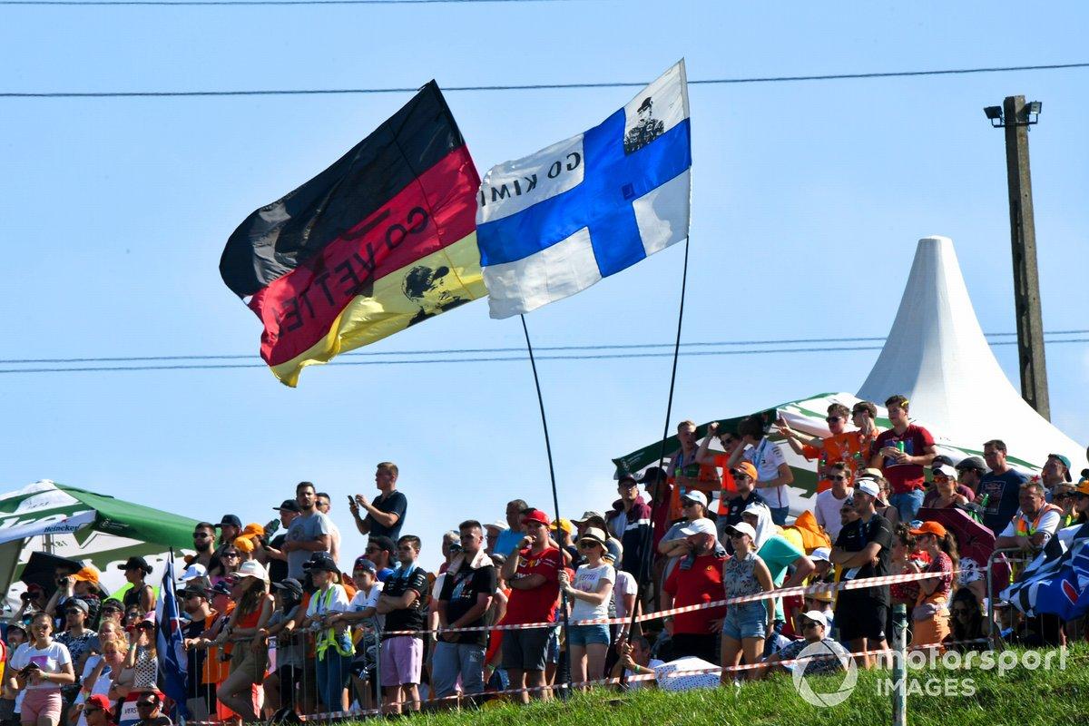 Banderas alemanas y finlandesas ondeadas por los aficionados