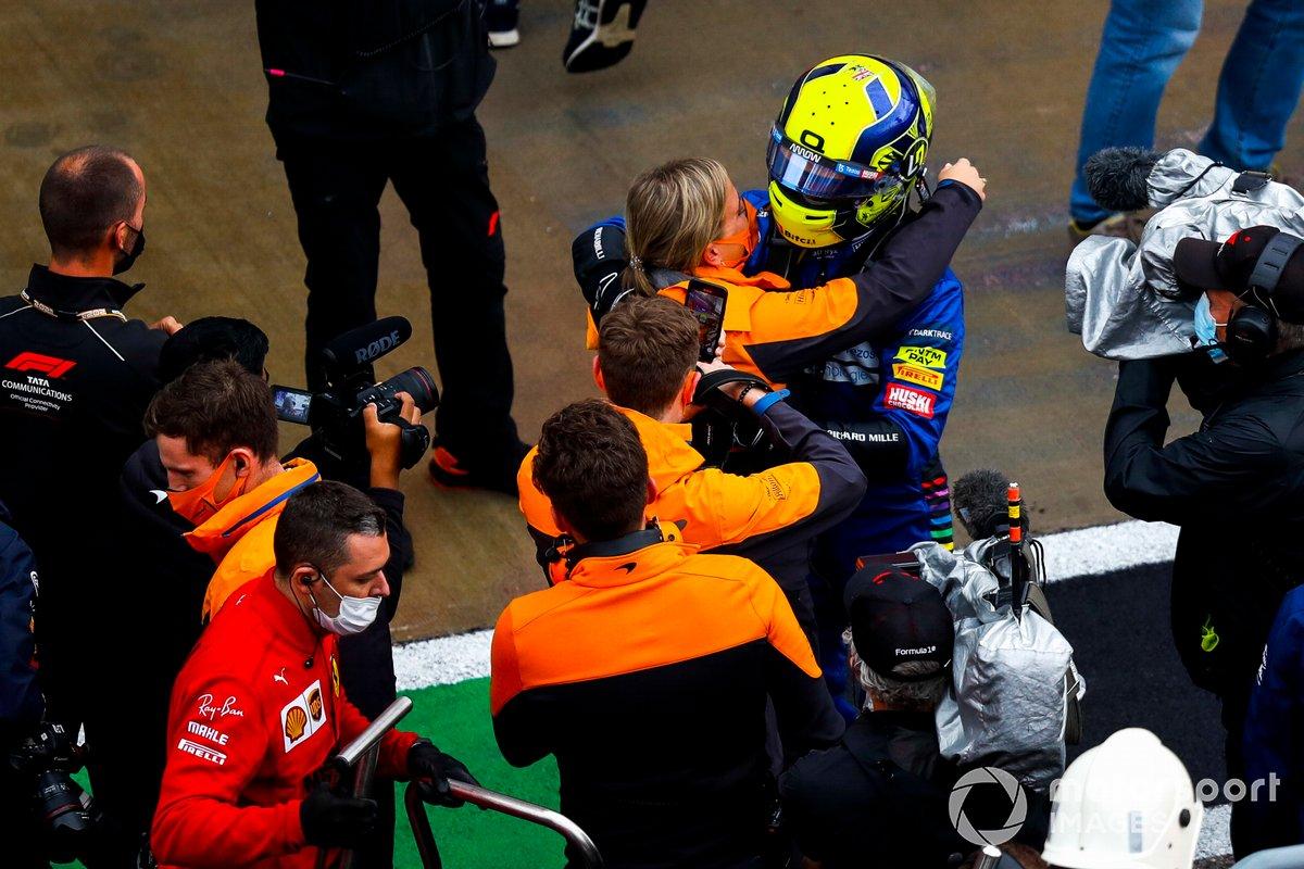 Il polacco Lando Norris, McLaren, festeggia con un compagno di squadra a Parc Ferme