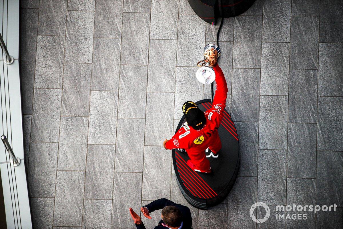 Carlos Sainz Jr., Ferrari, 3a posizione, solleva il suo trofeo