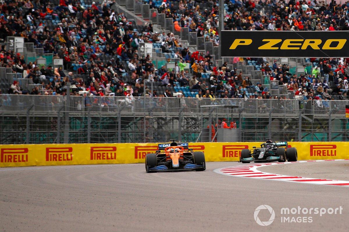Daniel Ricciardo, McLaren MCL35M, Lewis Hamilton, Mercedes W12