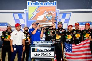 Ganador Martin Truex Jr., Joe Gibbs Racing, Toyota Camry Bass Pro Shops Red White Blue celebra en victory lane