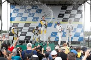 #4: Corvette Racing Corvette C8.R, GTLM: Tommy Milner, Nick Tandy, #3: Corvette Racing Corvette C8.R, GTLM: Antonio Garcia, Jordan Taylor, #79: WeatherTech Racing Porsche 911 RSR - 19, GTLM: Cooper MacNeil, Kevin Estre fêtent avec le Champagne sur le podium