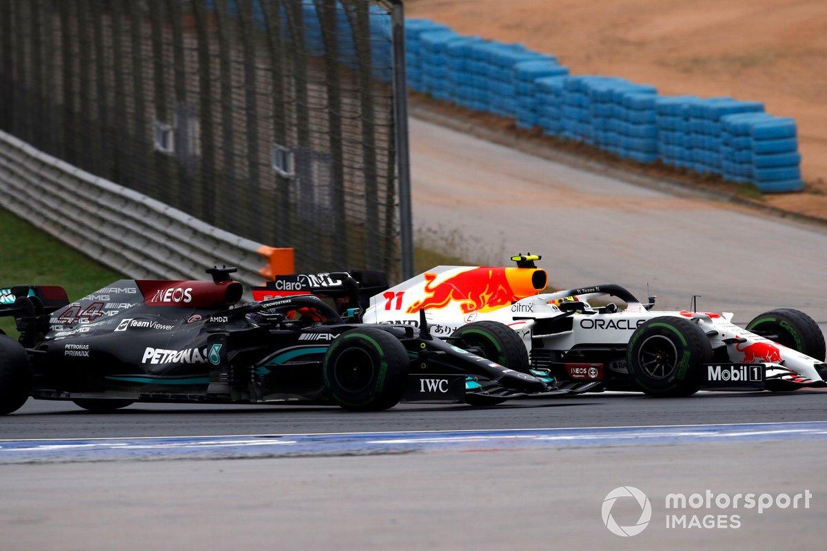 Sergio Perez, Red Bull Racing RB16B, lotta con Lewis Hamilton, Mercedes W12
