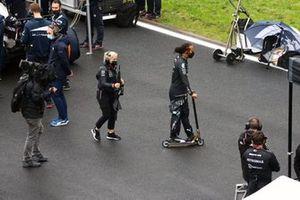 Angela Cullen, fysio van Lewis Hamilton, en Lewis Hamilton, Mercedes, op de grid