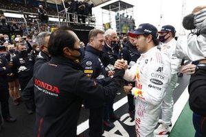 Toyoharu Tanabe, F1 Technical Director, Honda, congratulates Sergio Perez, Red Bull Racing, 3rd position,