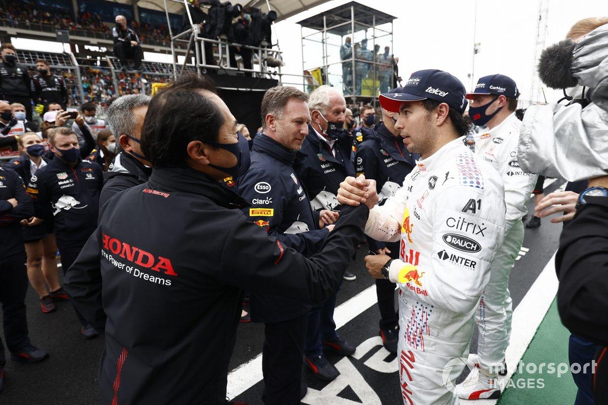 Toyoharu Tanabe, Director Técnico de F1, Honda, felicita a Sergio Pérez, Red Bull Racing, 3ª posición,