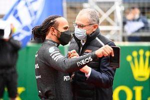 Lewis Hamilton, Mercedes, en Stefano Domenicali, CEO Formule 1, op de startgrid