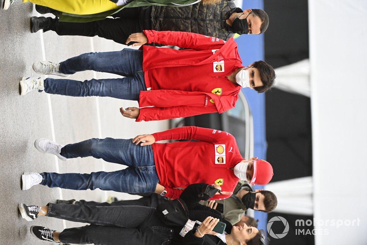 Carlos Sainz Jr., Ferrari y Charles Leclerc, Ferrari llegan a la pista