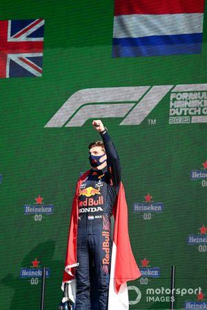 Max Verstappen, Red Bull Racing, 1e positie, viert feest op het podium