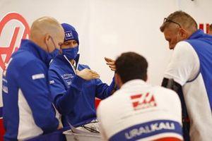 Mick Schumacher, Haas F1, met teamleden