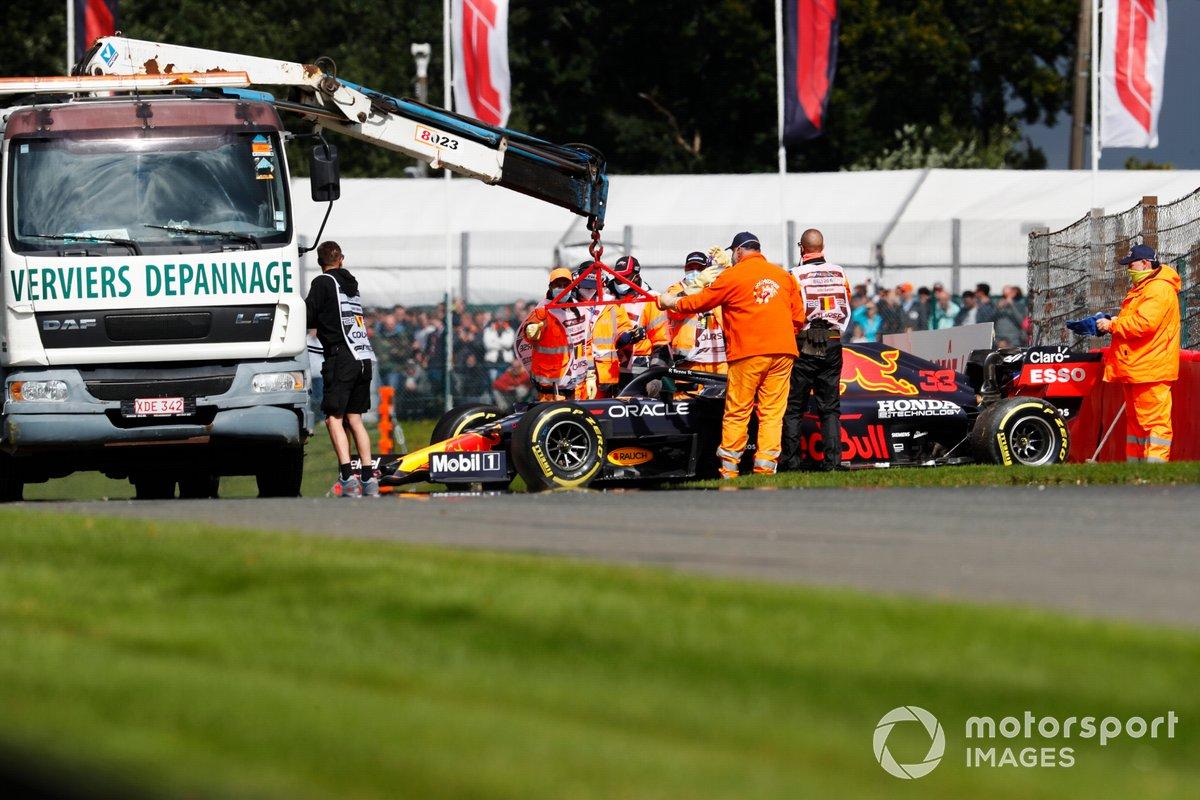 Max Verstappen, Red Bull Racing RB16B, es asistido por los oficiales de pista después de chocar