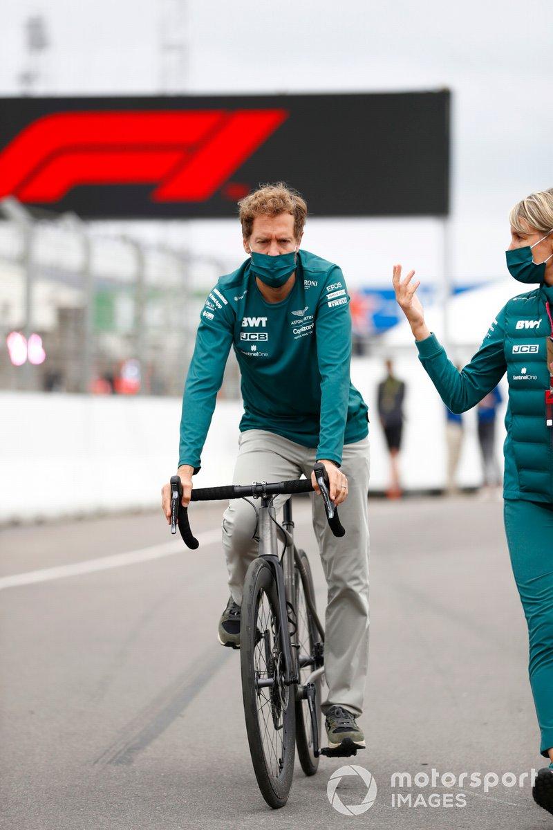 Sebastian Vettel, Aston Martin en su bici