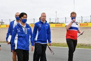 Nikita Mazepin, Haas VF-21 track walk with team members.