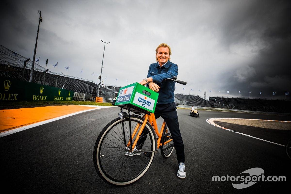 Nico Rosberg en bicicleta en el circuito de Zandvoort