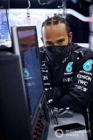 Lewis Hamilton, Mercedes, nel garage