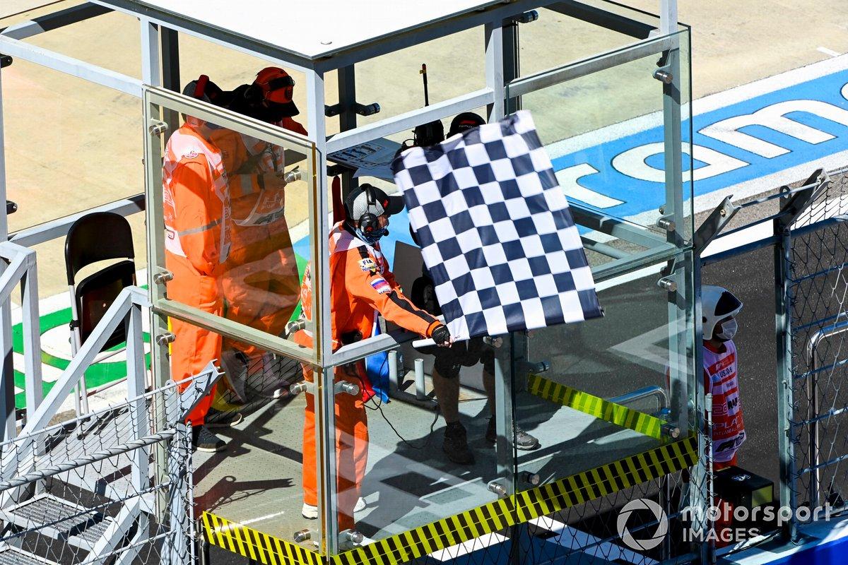 Marshal sventola la bandiera a scacchi alla fine delle FP1