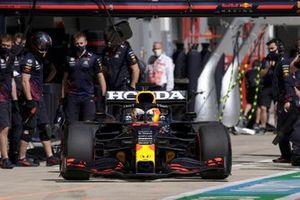 Max Verstappen, Red Bull Racing RB16B, lascia il garage