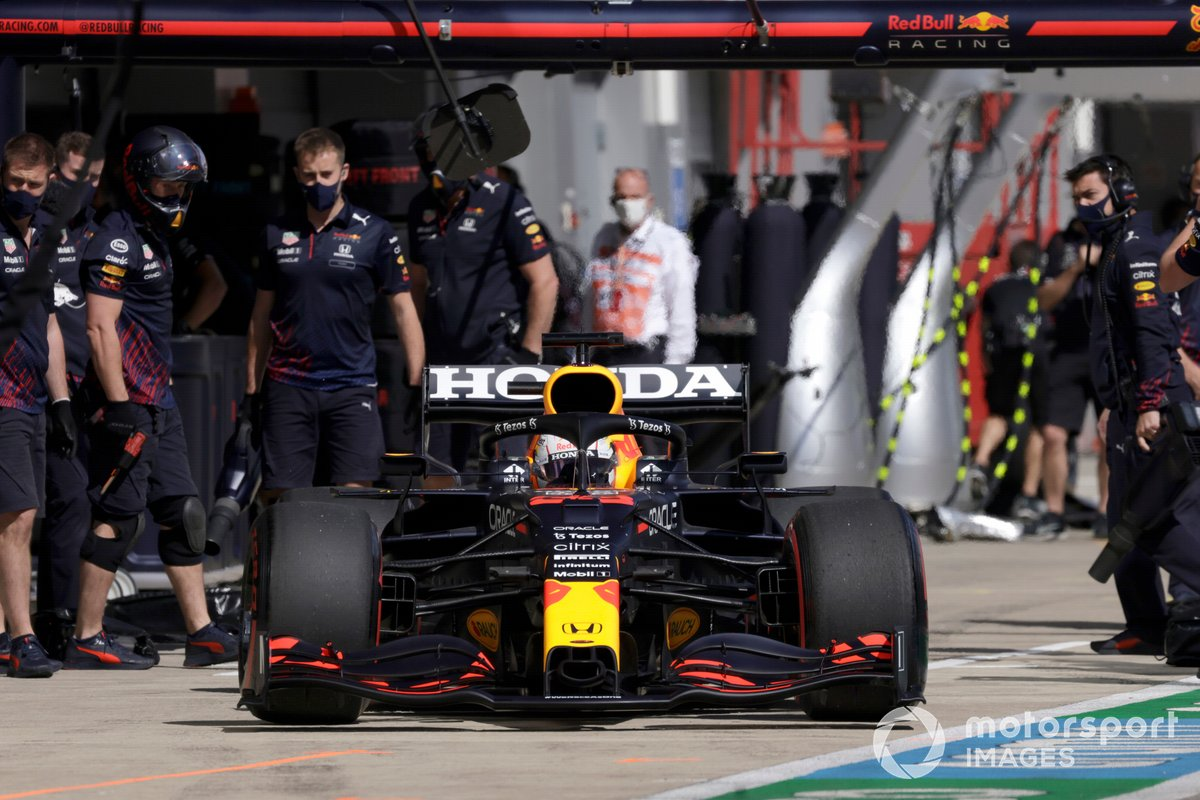 Max Verstappen, Red Bull Racing RB16B, sale del garaje