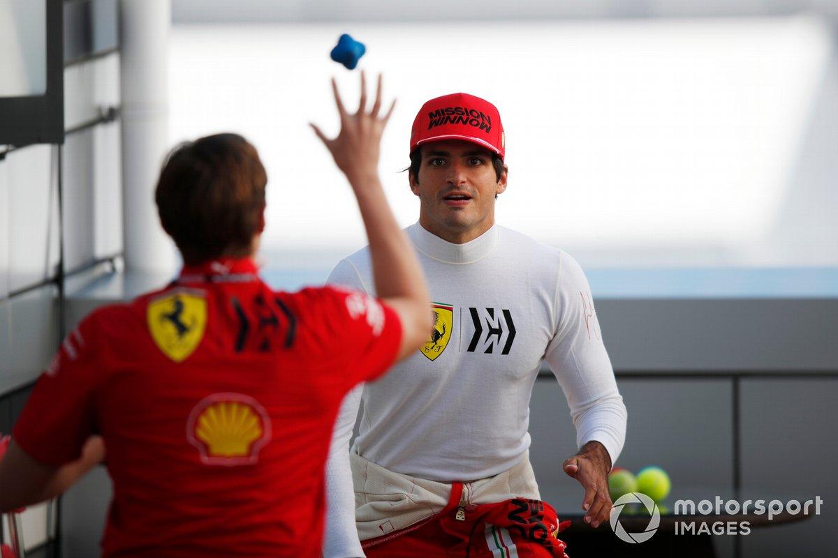Carlos Sainz Jr., Ferrari, con su entrenador personal