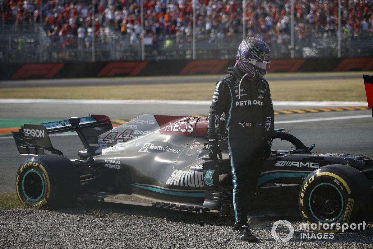Lewis Hamilton, de Mercedes, se baja de su coche tras chocar con Max Verstappen, de Red Bull Racing