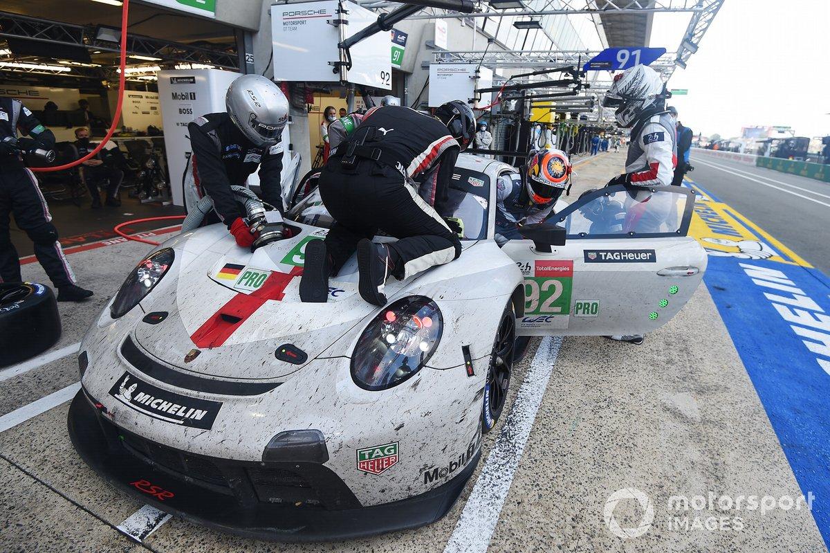 #92 Porsche GT Team Porsche 911 RSR - 19 LMGTE Pro, Kevin Estre, Neel Jani, Michael Christensen pitstop