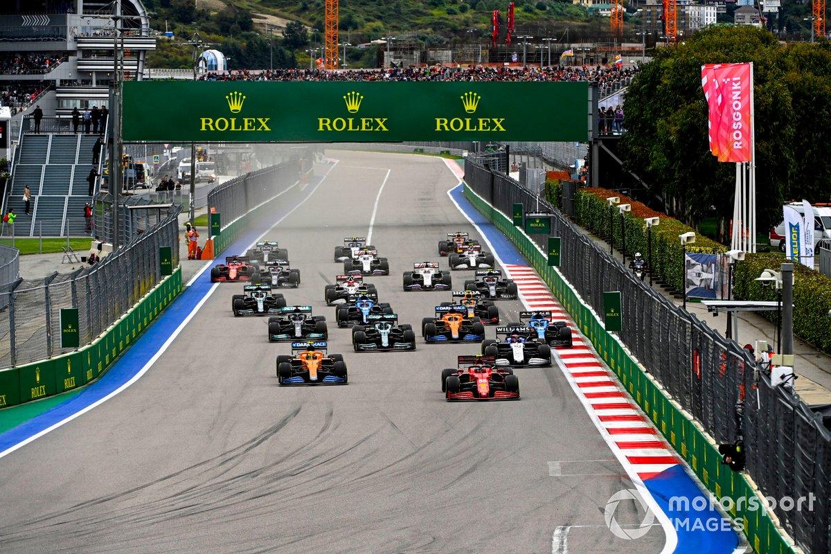 Carlos Sainz Jr, Ferrari SF21, Lando Norris, McLaren MCL35M, George Russell, Williams FW43B, Lance Stroll, Aston Martin AMR21, Fernando Alonso, Alpine A521 e il resto delle auto alla partenza