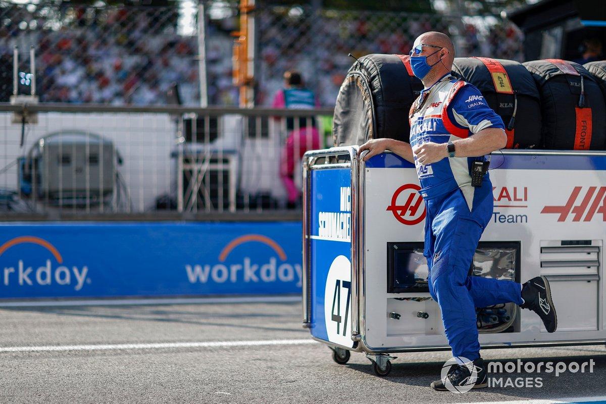 Un mecánico de Haas F1 en la parrilla con neumáticos