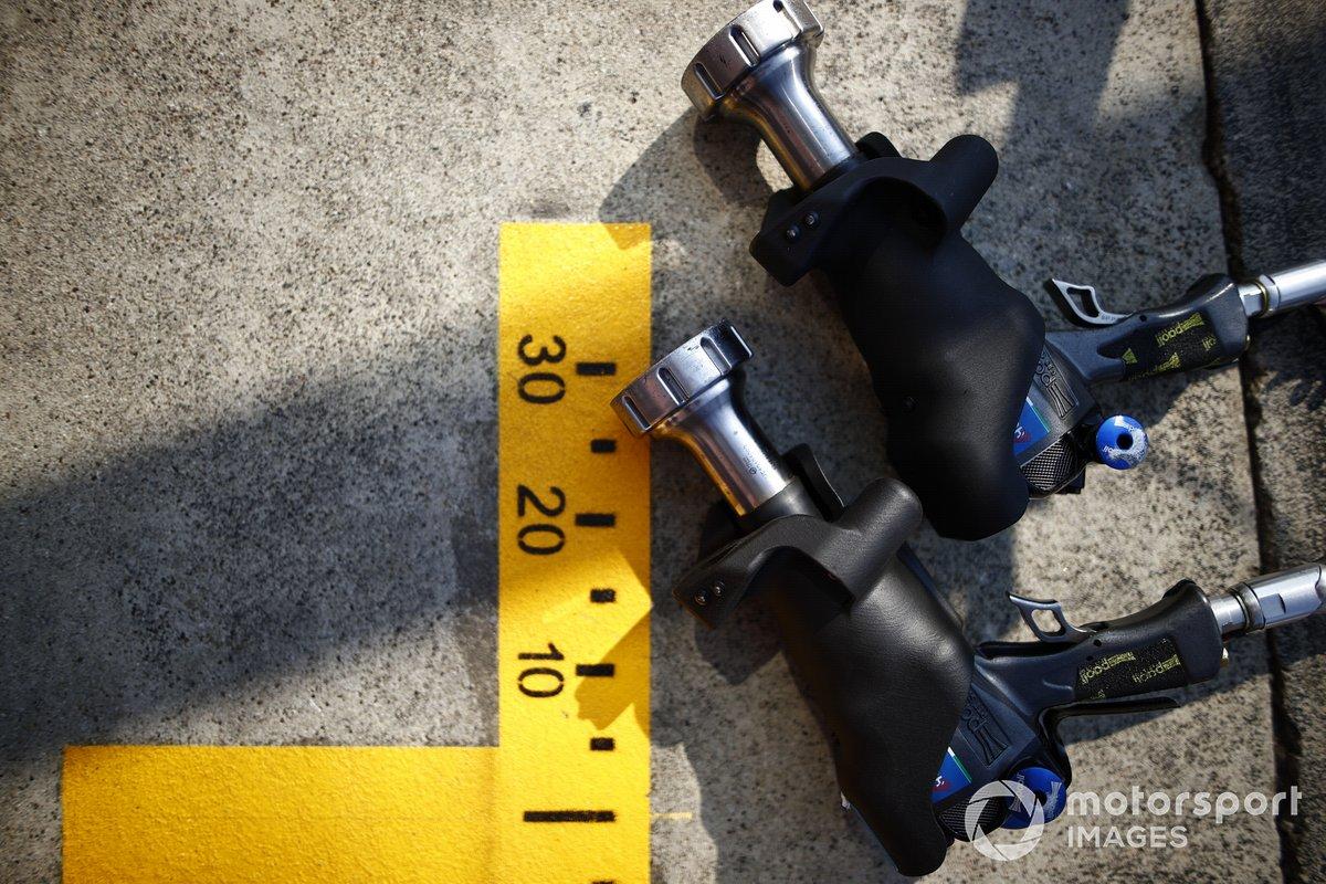 Pistolas de ruedas en el pit lane