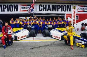Nigel Mansell, Keke Rosberg, Williams FW10 Honda con el equipo Williams, Peter Collins, Dickie Stanford y Frank Williams