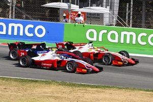 Robert Shwartzman, Prema Racing, se bat avec Mick Schumacher, Prema Racing, et Callum Ilott, UNI-VIRTUOSI
