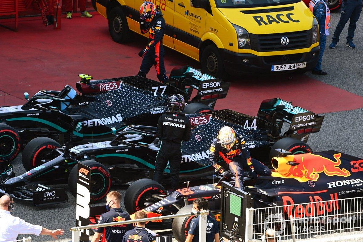 Ganador de la pole Lewis Hamilton, Mercedes-AMG Petronas F1, y el tercero Max Verstappen, Red Bull Racing, en Parc Ferme