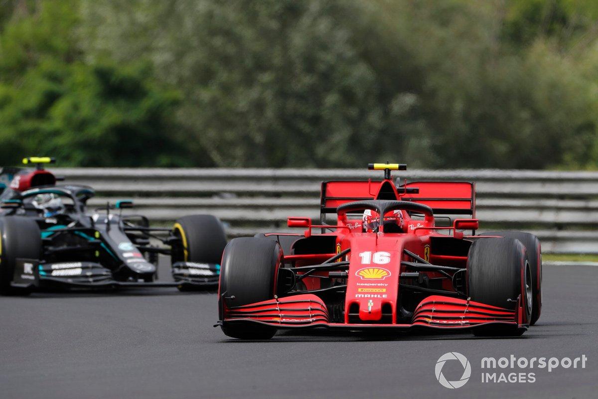 Charles Leclerc, Ferrari SF1000, precede Valtteri Bottas, Mercedes F1 W11