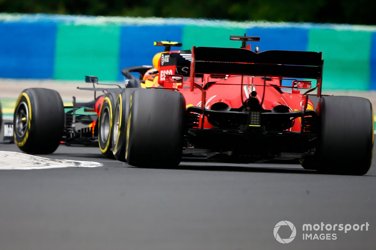 Alex Albon, Red Bull Racing RB16, precede Sebastian Vettel, Ferrari SF1000