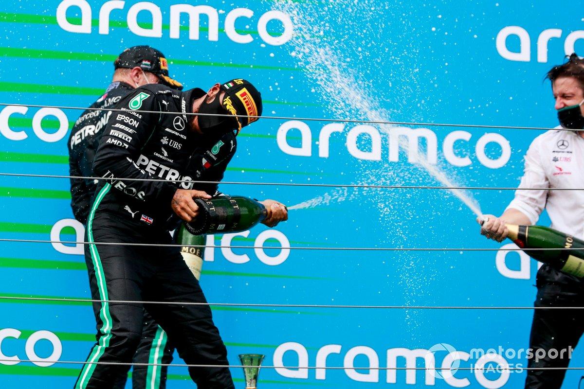 Podio: ganador Lewis Hamilton, Mercedes-AMG Petronas F1 y el tercer lugar Valtteri Bottas, Mercedes-AMG Petronas F1 y Peter Bonnington, Ingeniero de Mercedes AMG