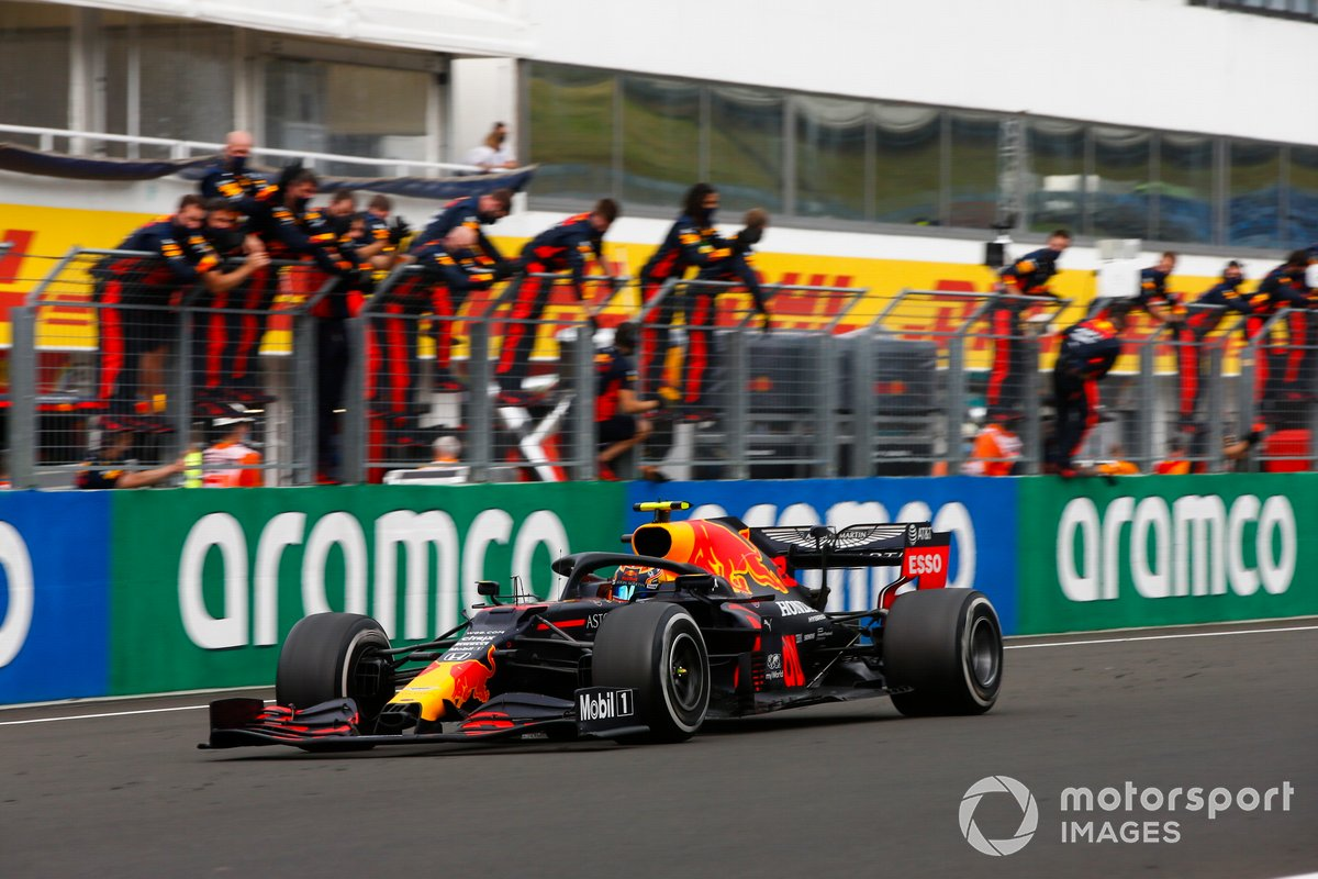 Alex Albon, Red Bull Racing RB16, pasa al animado equipo de Red Bull en el muro de boxes
