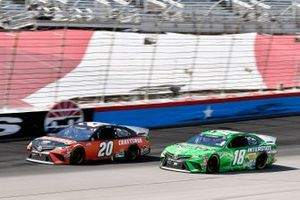 Erik Jones, Joe Gibbs Racing, Toyota Camry Craftsman y Kyle Busch, Joe Gibbs Racing, Toyota Camry Interstate Batteries