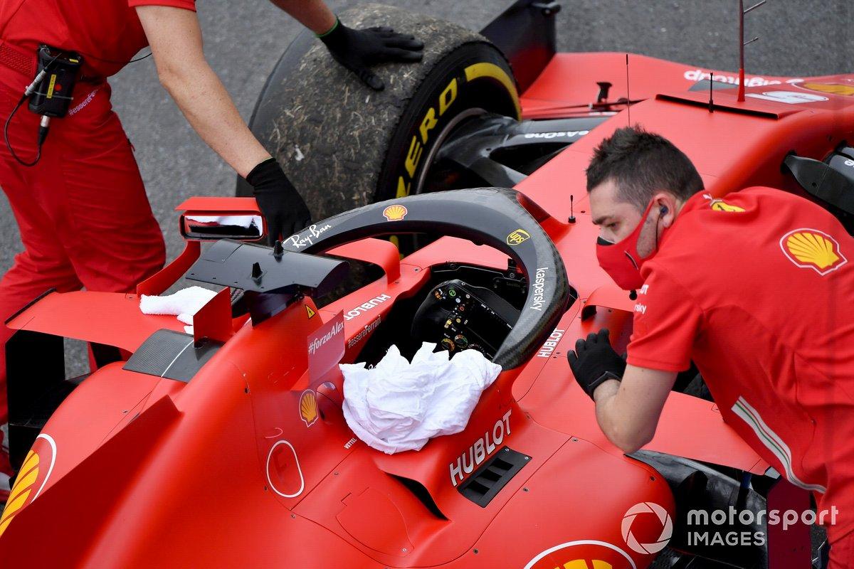 I meccanici della Ferrari con l'auto di Sebastian Vettel, Ferrari SF1000, dopo i problemi tecnici