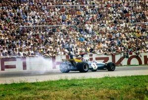 Jack Brabham, Brabham BT33 Ford suffers and oil leak