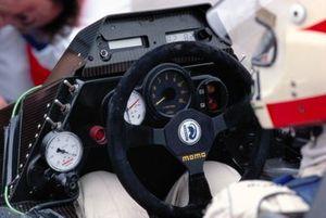 En 1984, el volante en sí seguía siendo muy simple, pero aumentaban los instrumentos detrás de él y las opciones de ajuste disponibles. La corona de cuero ya era historia en el Brabham BT53 de Nelson Piquet, y fue reemplazada por un material más adherente