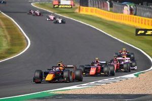 Yuki Tsunoda, Carlin, suivi de Felipe Drugovich, MP Motorsport, Nobuharu Matsushita, MP Motorsport, et Artem Markelov, BWT HWA Racelab