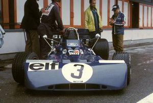 La Tyrrell 002 Ford de François Cevert au stand avec le journaliste Denis Jenkinson