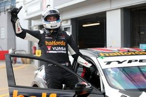 Race winner Dan Cammish, Halfords Yuasa Team Dynamics Honda Civic