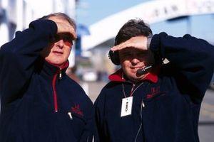 El Dr. Harvey Postlethwaite, director técnico de Honda y Rupert Manwaring, director del equipo Honda, observan el progreso del coche de pruebas Honda RA099 construido por Dallara