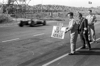 Graham Hill, BRM P261 recibe una señal de Alan Challis, diseñador de BRM y director del equipo, Tony Rudd